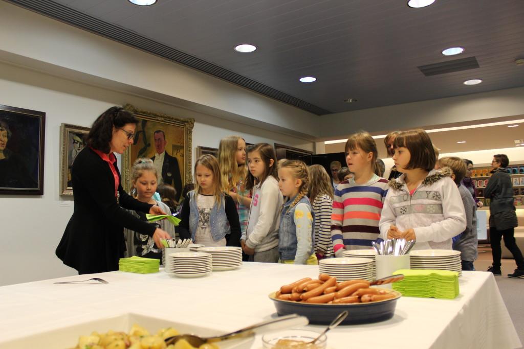 Luomunakit ja munkit maistuivat koululaisvieraille.