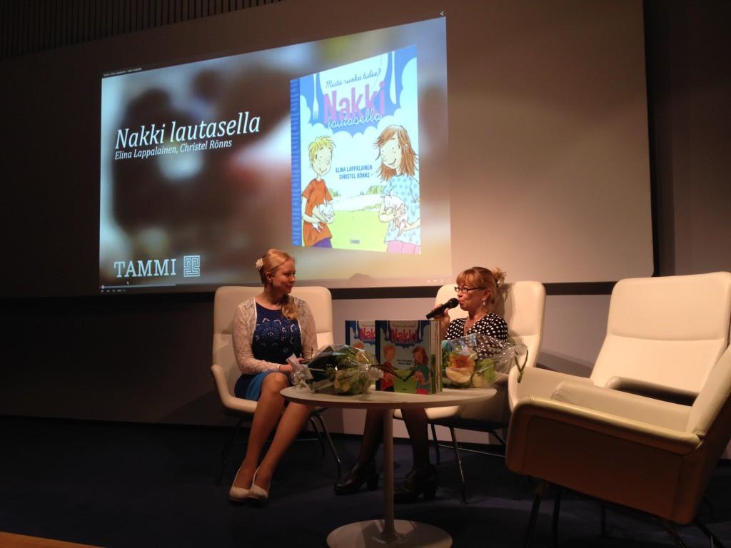 Elina Lappalainen ja Christel Rönns Nakki lautasella -lastentietokirjan julkistuksessa.